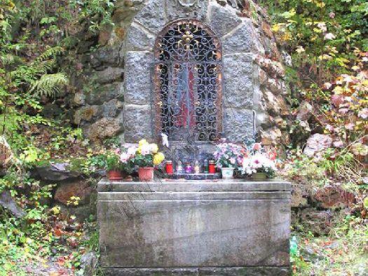kaplička se sochou Panny Marie