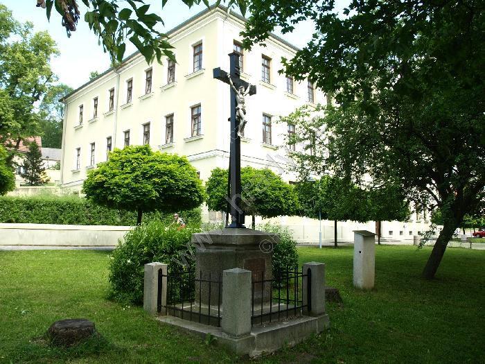 kříž před Vinařickou školou