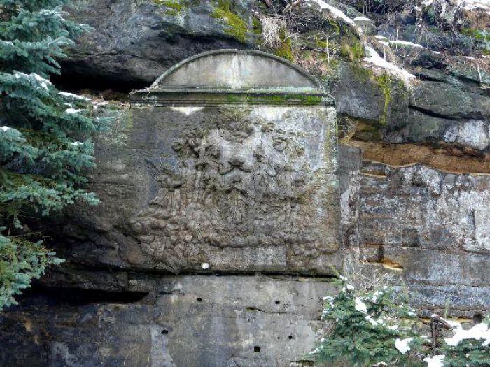skalní reliéf Korunování Panny Marie