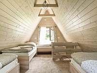 Ložnice v patře, páté lůžko je přistýlka ve spodní části postele. - Horní Bečva