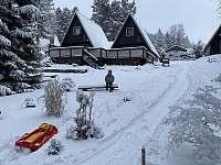 Sníh z prosinec/20. Stačí vzít boby a jedeme z kopce přímo mezi Apartmány - k pronájmu Horní Bečva