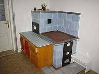 funkční kachlová kamna v kuchyni - chalupa k pronajmutí Mosty u Jablůnkova - Šance