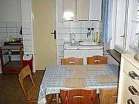 jídelní stůl v kuchyni - chalupa k pronájmu Mosty u Jablůnkova - Šance