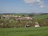 Chalupa na pasekách kde se říká a Zavadilce v pozadí město Valašské Klobouky