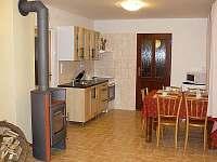 kuchyň s dveřmi na terasu