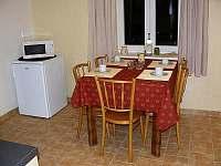 kuchyň s lednicí a mikrovlnkou