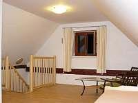 otevřená ložnice - schodiště