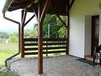 terasa s dveřmi do kuchyně, obýváku