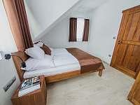 Apartmán DELUXE 80 m2 - ložnice v horní patře - Bílá