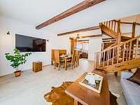 Apartmán DELUXE 80 m2 - obývací pokoj se smart TV - Bílá