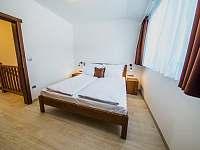 Apartmán SUPERIOR 80 m2 - ložnice v horním patře - Bílá