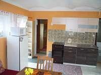obývací místnost s kuchyní - chata k pronájmu Vidče