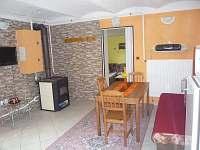 obývací místnost s kuchyní - pronájem chaty Vidče