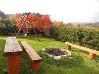 posezení s ohništěm a houpačkou - chata k pronajmutí Vidče