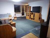 obývák- pohled od kuchyně na nábytkovou stěnu s televizí - pronájem chalupy Trojanovice - Na dolině u Frenštátu
