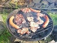 k dispozici máte gril a venkovní ohniště pro vaše grilované dobroty - pronájem chaty Skalice