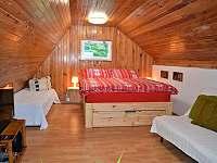 ložnice pro 4 až 5 osob v prvním patře chatičky - k pronájmu Skalice