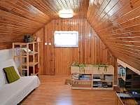 ložnice pro 4 až 5 osob v prvním patře chatičky - k pronajmutí Skalice