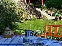 ranní kafíčko venku na zahradě - chata k pronajmutí Skalice
