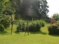 zahrada, kde si můžou hrát malí i velcí - chata k pronajmutí Skalice