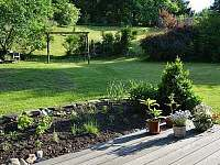 zahrada, kde si můžou hrát malí i velcí - chata k pronájmu Skalice