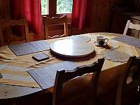 jídelní stůl - chata k pronajmutí Nýdek