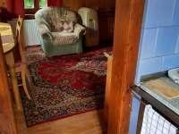 pohled z kuchyně do obývacího pokoje - pronájem chaty Nýdek