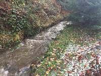 Potok po grilovací chatkou