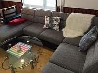 Rozkládací sedačka v obývacím pokoji