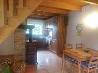 jídelní stůl s kuchyní - chata ubytování Trojanovice