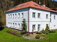 Pohled na dům ze zahrady s vyznačením apartmánu s vlastním vstupem na zahradu - Velké Karlovice