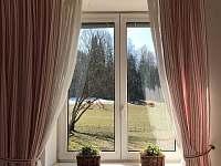 Pohled z ložnice na zahradu a les - Velké Karlovice