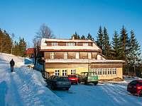 Hlavní budova v zimě - chata ubytování Staré Hamry
