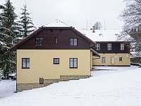 Novější část hlavní budovy - pronájem chaty Staré Hamry