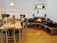 Společenská místnost (a zároveň jídelna) v hlavní budově - chata k pronájmu Staré Hamry