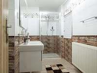 Koupelna se sprchovým koutem, pračkou a WC v přízemí - Morávka