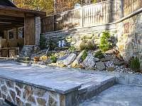 Terasa plynule navazuje na zahradu - chata k pronájmu Morávka