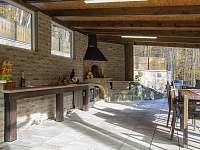 Terasa s venkovní kuchyní a grilem - chata ubytování Morávka