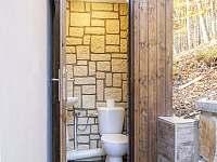 Venkovní WC k bazénu a terase - chata k pronájmu Morávka