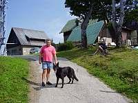 místní horal se svým psem pod Javorovým - Řeka