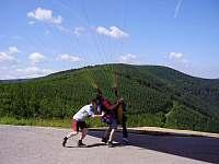 na Javorovém si můžete zaplatit seskok nebo výcvik v paraglidingu - apartmán k pronájmu Řeka