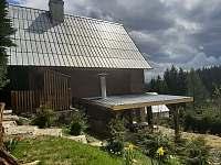 Posezení u chaty s krytou pergolou a grilem - ubytování Prostřední Bečva