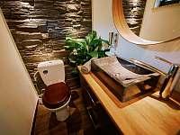 Wc s kamenným umyvadlem a podlahovym topením. - Prostřední Bečva