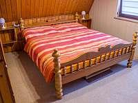 Manželská postel - pronájem chaty Prostřední Bečva