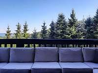 Posezení na balkóně - chata k pronajmutí Rožnov pod Radhoštěm