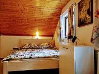 Manželská postel z masivu. - pronájem chaty Horní Bečva