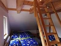 Dřevěné schody do otevřeného podkroví - chata k pronajmutí Návsí