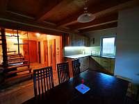 Kuchyně s jídelním stolem a židlemi - pronájem chaty Návsí