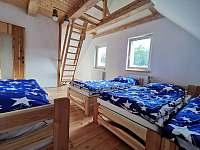 Ložnice s otevřeným podkrovním prostorem na spaní - chata k pronajmutí Návsí
