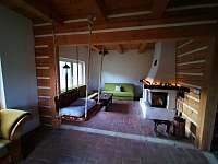 Obývací pokoj s krbem - chata k pronajmutí Návsí